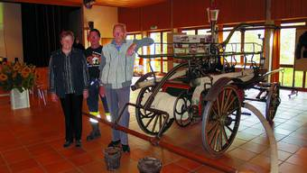 Schmuckstück: Madeleine Kämpf, Adrian Rothenbühler und Walter Knuchel (von links) mit der nostalgischen Feuerwehrspritze. (rsb)