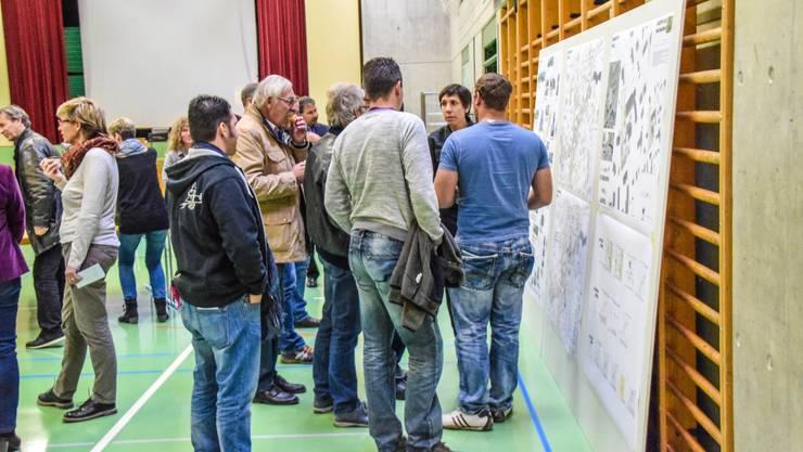 Diskussion bei Kaffee mit Gipfeli, rechts/Mitte Projektleiterin Daniela Bächli.
