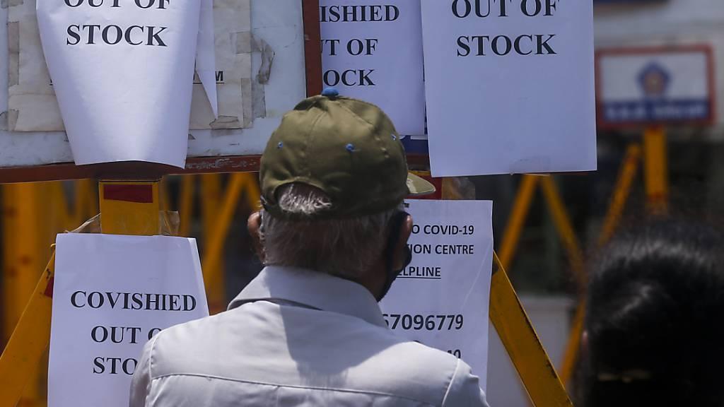 Ein Impfzentrum in Mumbai: «Kein Impfstoff vorrätig», heißt es auf den Schildern. Foto: Rafiq Maqbool/AP/dpa