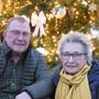 Rudolf und Jeannette Dreier wollen den Leuten vor dem Haus eine Freude bereiten.