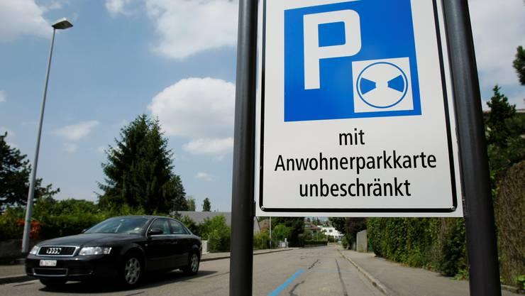 Die Parkkarten in Basel sollen teurer werden. (Symbolbild)