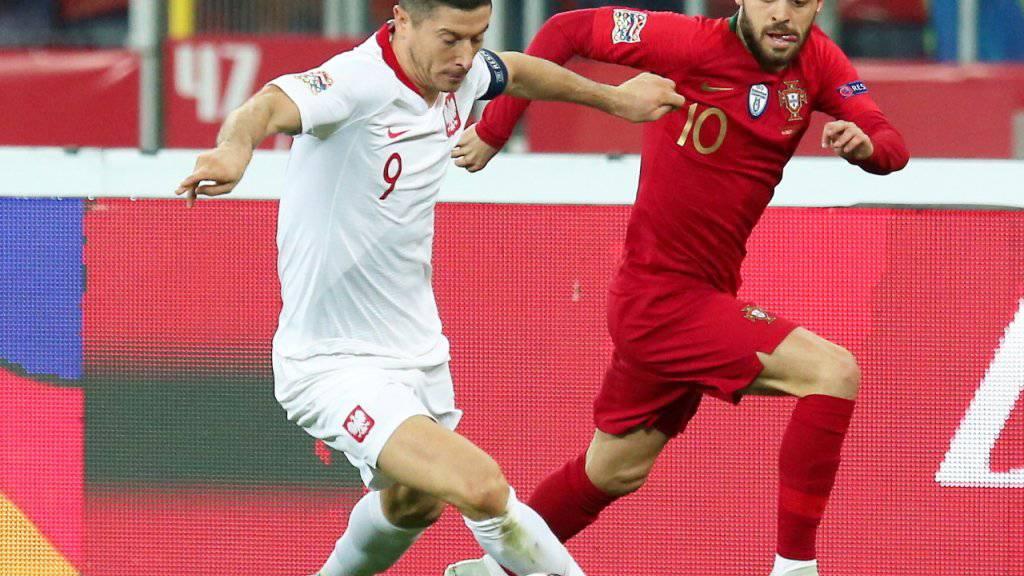Polens Robert Lewandowski im Duell mit Portugals Bernardo Silva