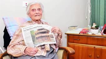 Alice Schaufelberger an ihrem 111. Geburtstag mit einer Ausgabe der «Aargauer Zeitung». Die älteste Schweizerin ist im Aargau aufgewachsen.