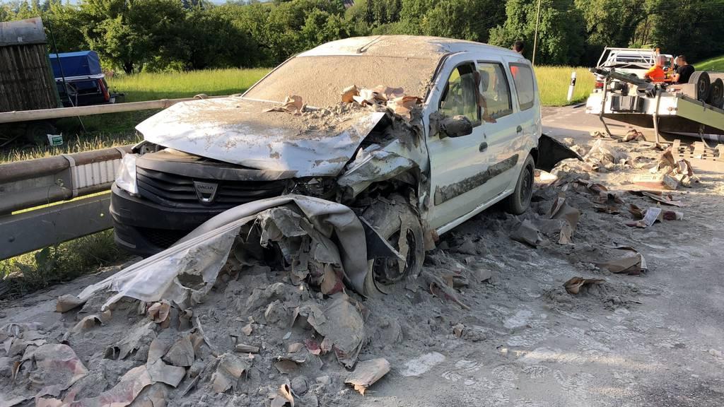 Das Auto, das von den Zementsäcken getroffen wurde, erlitt Totalschaden.