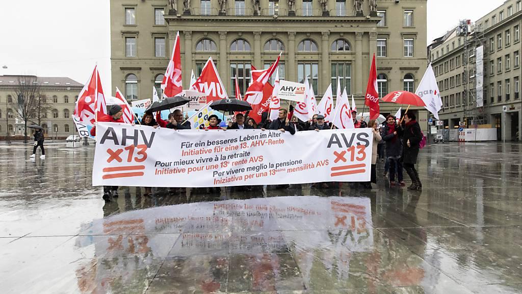 Gewerkschafter bei einer Aktion zur Lancierung der Volksinitiative für eine 13. AHV-Rente im März 2020 auf dem Bundesplatz in Bern. (Archivbild)