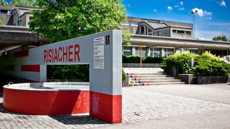 Zehn Kandidaten stellen sich in Buchs für die fünf Sitze der Kreisschule Aarau-Buchs zur Verfügung. In Aarau sind es 14 Kandidierenden für elf Sitze. Im Bild: das Schulhaus Risiacher in Buchs.