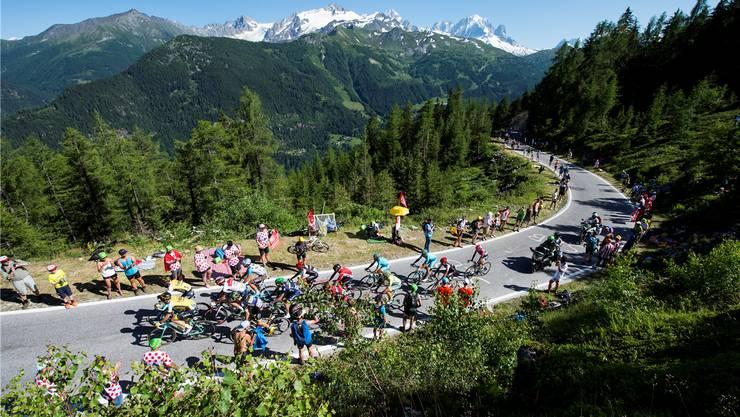 Die Fahrer der Tour de France kämpfen sich vor der wunderbaren Walliser Kulisse und unzähligen angereisten Fans den Berg hoch.Fotos: Keystone
