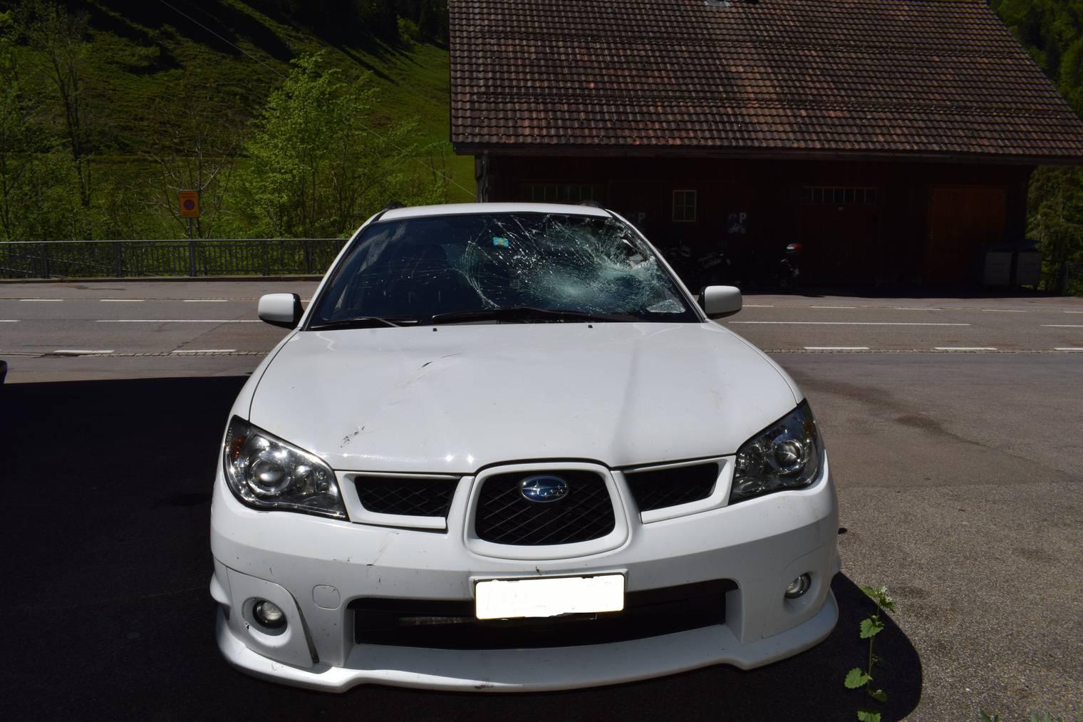 So sieht das Unfallauto nach der Kollision mit dem Velofahrer aus. (Bild: Kapo AR)