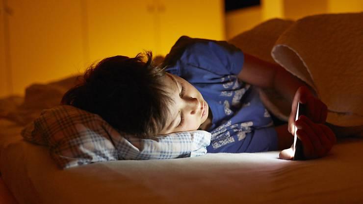 Rund 7 Prozent der 15- bis 19-Jährigen weisen heute eine problematische Internetnutzung auf. (Symbolbild)