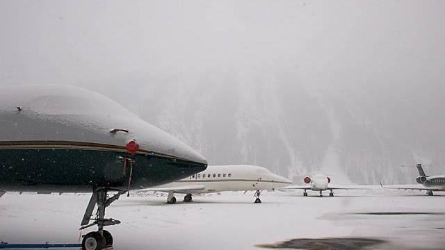Jets auf dem verschneiten Flughafen Samedan (Archiv)