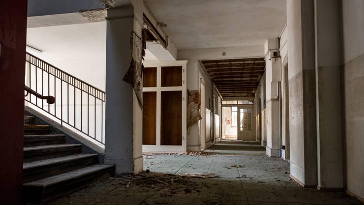 Im Bären hat der Zerfall die volle Macht übernommen. Unter den bröckelnden Zimmerdecken hängt muffige Luft, die schon lange nicht mehr eingeatmet wurde.