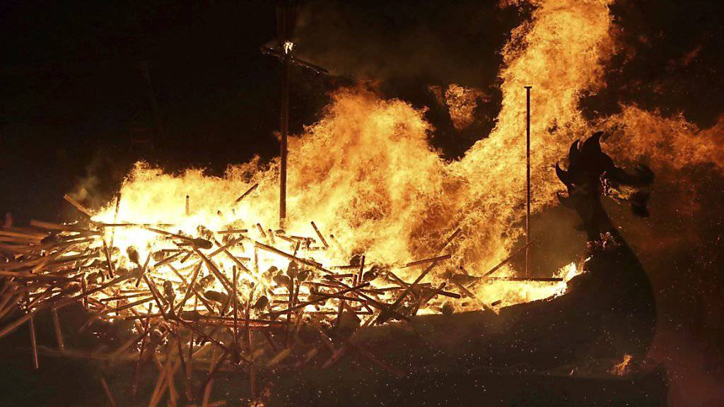 Das nachgebaute Wikingerschiff in Flammen.
