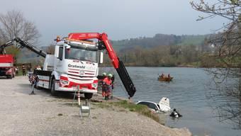 Mit einer Tauchequippe und einem Bergungsfahrzeug wird der Porsche herausgefischt.