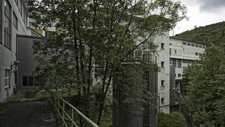 Die Gebäude der einstigen Ziegler Papier AG in Grellingen sind auch im Band.