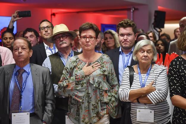 Anhänger der SPD reagieren bestürzt auf die Ergebnisse der ersten Hochrechnungen.Sie stürzen ab, verlieren über 10 Prozent und landen bei knapp 10 Prozent.
