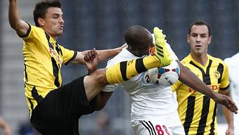Das tut weh! YB-Rochat trifft Debrecens Seydi mit dem Fuss am Kopf.