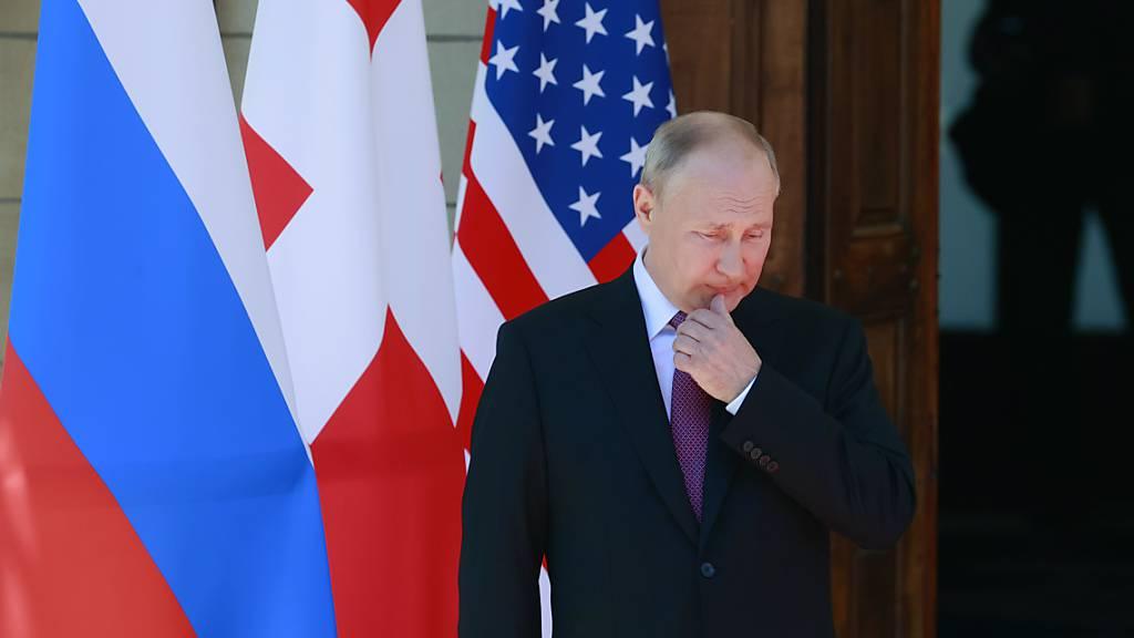 Wladimir Putin, Präsident von Russland, kommt zu seinem Treffen mit US-Präsident Biden in der «Villa la Grange» in Genf an. Foto: Denis Balibouse/Pool Reuters/AP/dpa