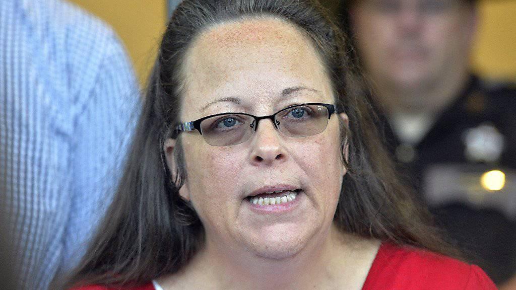 Die strenggläubige US-amerikanische Standesbeamtin Kim Davis, die homosexuellen Ehepaaren Trauscheine verweigert hat, ist zurück an der Arbeit im Standesamt.