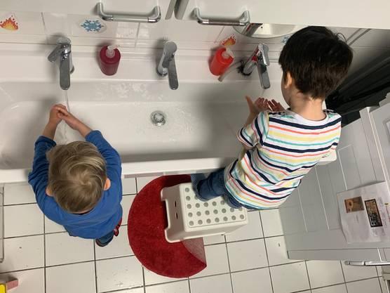 Hände waschen wird auf in der Kita Fruchtzwerg gelehrt.