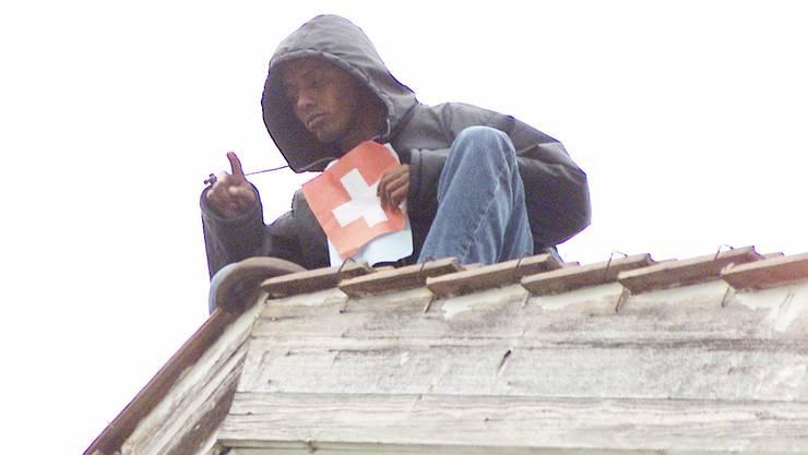 Zwei Asylbewerber kletterten am 16. Oktober auf das Dach des ehemaligen Kantonsschülerhauses in Aarau. Der eine protestierte gegen seine Unterbringung unter «Drogendealern», dem anderen war kurz zuvor der negative Asylentscheid eröffnet worden.
