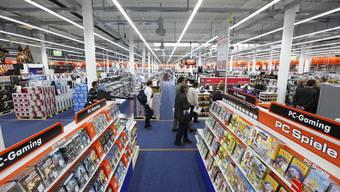 Blick in den Verkaufsraum im Saturn-Geschäft im Stücki Shopping Basel