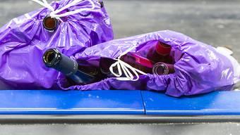Farbsäcke mit Altglas: das neue Wertstoffsammelsystem kam im Berner Pilotversuch gut an.