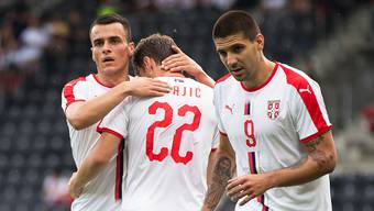 Der dreifache Torschütze Aleksandar Mitrovic (rechts) und seine serbischen Teamkollegen feiern einen Treffer