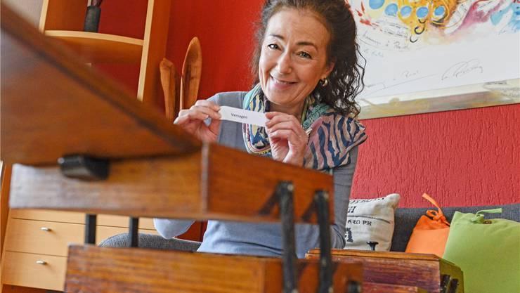 Dorothée Reize in der Stube von Arti Lemons «Art Guest House» in Oberdorf. Da die 63-jährige Schauspielerin seit Jahrzehnten im Bernischen lebt, mietete sie sich für das Oberbaselbieter «Ranft-Ruf»-Gastspiel im B&B des Oberdörfer Künstlers ein.