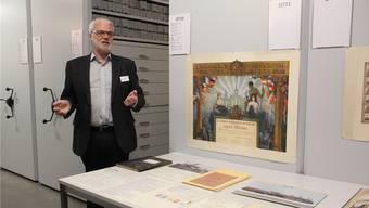 Martin Cordes, Leiter Archive bei SBB Historic, zeigt auf einem Rundgang ein paar spannende Dokumente aus dem SLM-Archiv. CM