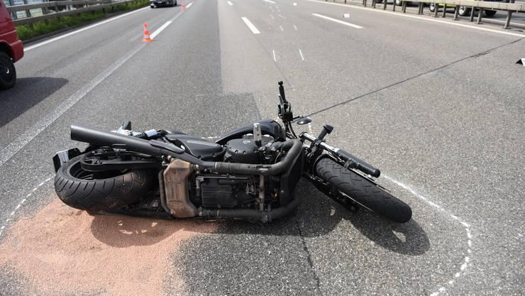 Das Polizeibild vom Unfallort: Weshalb der 54-jährige Motorradfahrer verunfallte, ist bisher noch unklar.