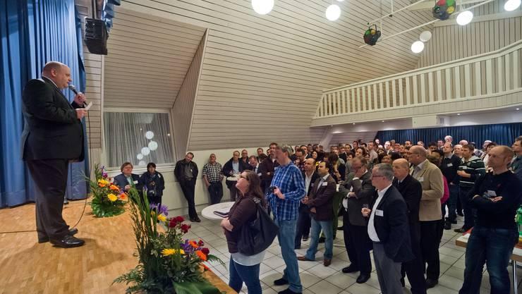 Gemeindeammann Valentin Schmid begrüsst die Gäste