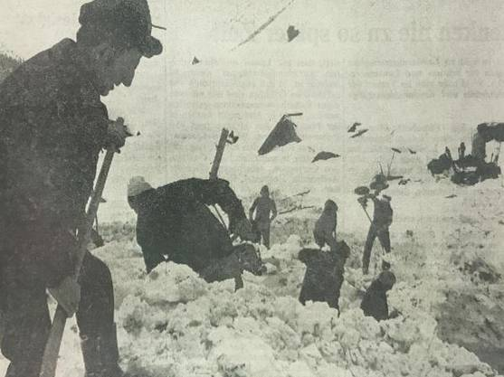 Rettungskräfte suchen in den Schneemassen von Acla nach Überlebenden.