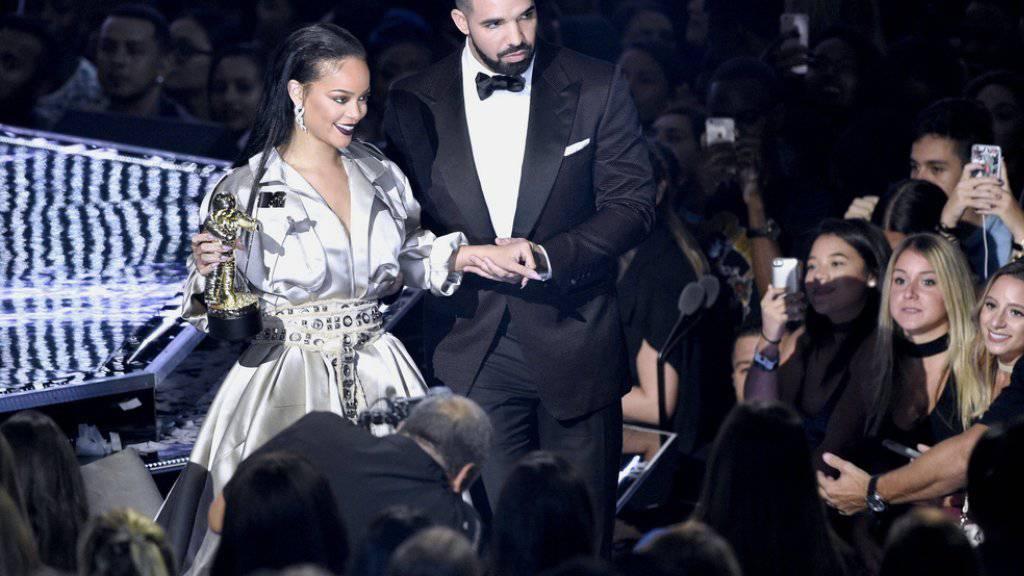 Bei den MTV Video Music Awards am Wochenende in New York sah es schon ganz danach aus - jetzt will ein Insider bestätigt haben: Popstar Rihanna und Rapper Drake sind ein Paar. (Archivbild)