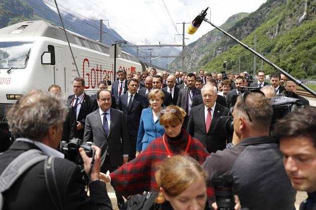 Francois Hollande, Angela Merkel, Johann Schneider-Ammann (v.l.) vor Matteo Renzi, Christian Kern und Alain Berset bei der Ankunft in Pollegio