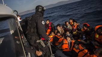 Frontex-Beamte bei einem Rettungseinsatz vor der griechischen Insel Lesbos.
