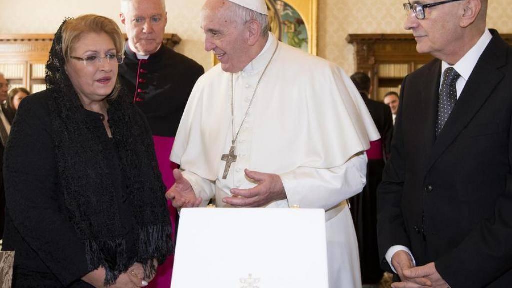Jubilar Papst Franziskus bei seiner Audienz mit der Präsidentin von Malta, Marie Louise Coleiro Preca (l.), und deren Ehemann Edgar (r.) im Vatikan.