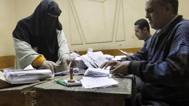 Stimmenzählen nach dem ersten Wahlgang über das Verfassungsreferendum in Aegypten