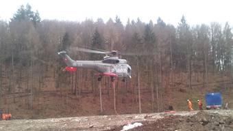 Der Heli landet auf der Deponie Höli auf dem Schleifenberg, wo die geschlagenen Bäume gelagert werden. (Archiv)