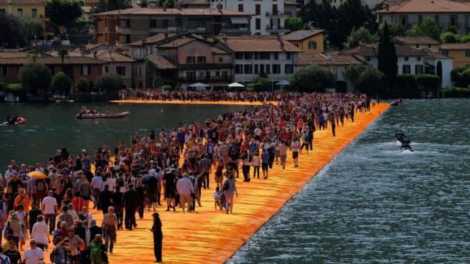 Das Warten hat sich gelohnt: Eindrücklicher Spaziergang auf den Floating Piers von Christo auf dem Lago d'Iseo. Foto: Keystone