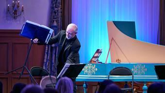 Er drapiert die Bühne für das Sinfonieorchester Basel, Konzert für Konzert: Patric Straumann.