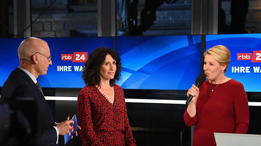 Franziska Giffey (r, SPD) und Bettina Jarasch (Bündnis 90/Die Grünen) stehen während der von Volker Wieprecht (l) moderierten TV-Sendung nebeneinander. Bei der Abgeordnetenhauswahl in der deutschen Hauptstadt lag die SPD mit Spitzenkandidatin Giffey laut Hochrechnungen knapp vor den Grünen.