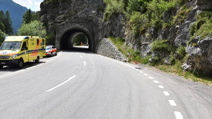 Die Lenkerin fuhr die Mauer rechts vor dem Tunnel hoch und stürzte dann samt Maschine auf die Strasse zurück.
