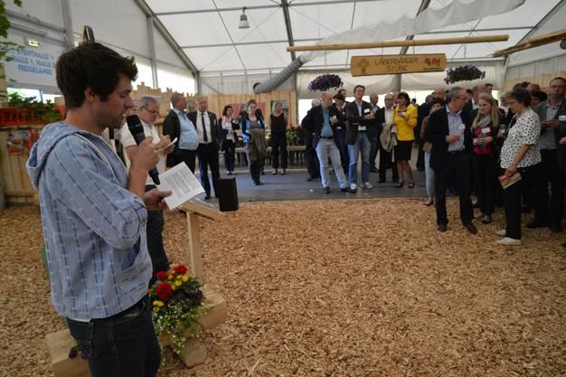 Benedikt Scholl begrüsst im Landwirtschaftszelt