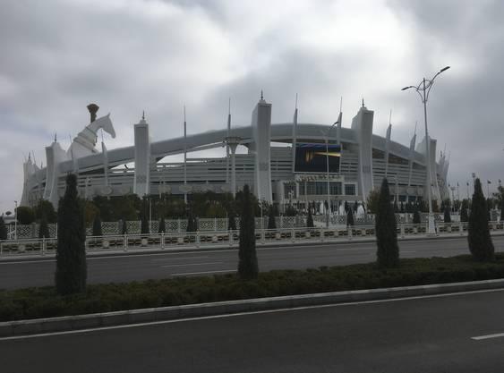 Das Olympiastadion in Aschgabat wurde vor wenigen Jahren renoviert und ausgebaut und bietet Platz für 45'000 Zuschauer. Über dem Dach ragt ein riesiger Pferdekopf.