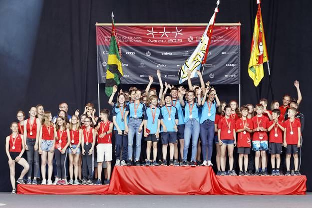 Aus Aargauer Sicht bereiten die Spitzenleistungen der Aargauer Turnerinnen und Turner besondere Freude: Der STV Villmergen (Mitte) gewinnt die 3. Stärkeklasse des Vereinswettkampfs Jugend 3-teilig.