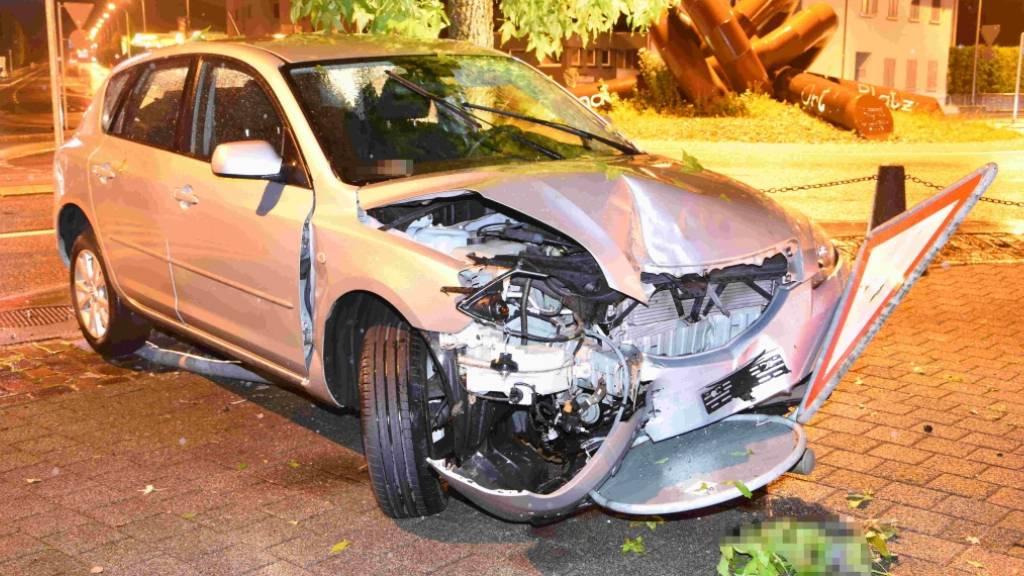 Das Auto nach dem Aufprall auf einen Kreisel, eine Verkehrstafel und einen Poller.