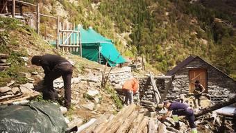 Flüchtlinge helfen einer Bäuerin im Tessin