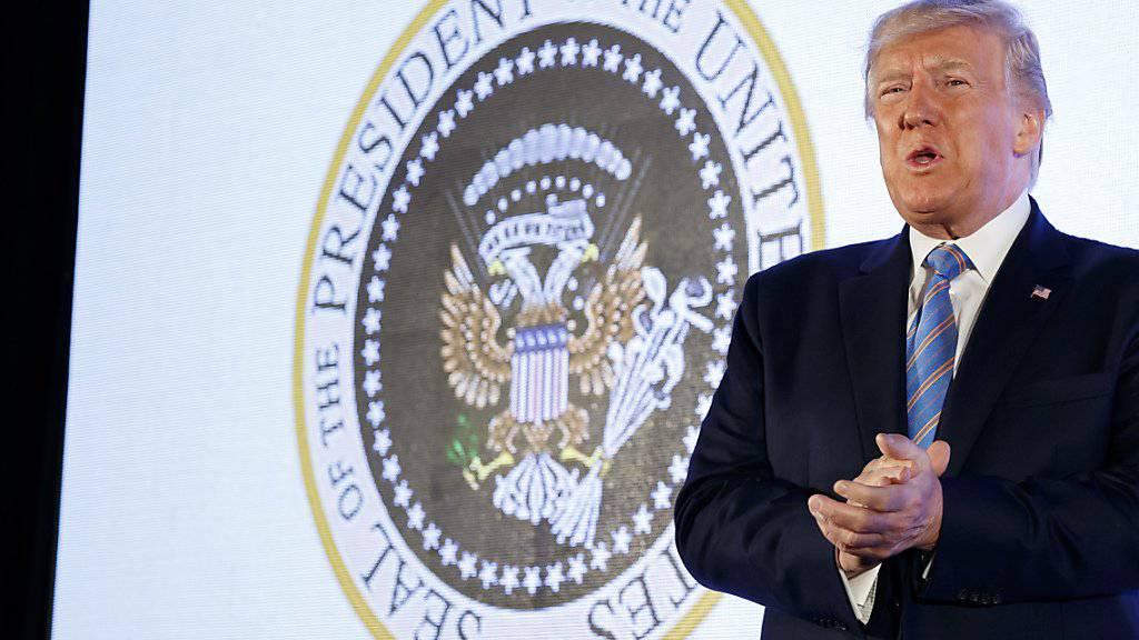 Trump vor gefälschtem Präsidentensiegel aufgetreten