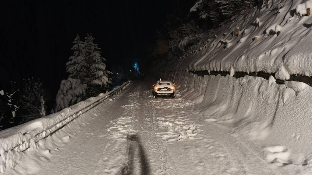 Auf der schneebedeckten Strasse wurden zwei Personen angefahren.