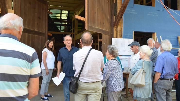 Robert Kühnis (in dunkelblauem Hemd) unterhält sich mit den Gästen.